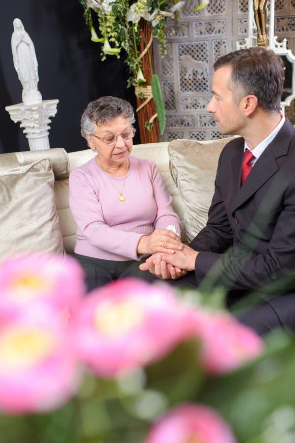 Señora que es confortada en resto de la capilla fotos de archivo
