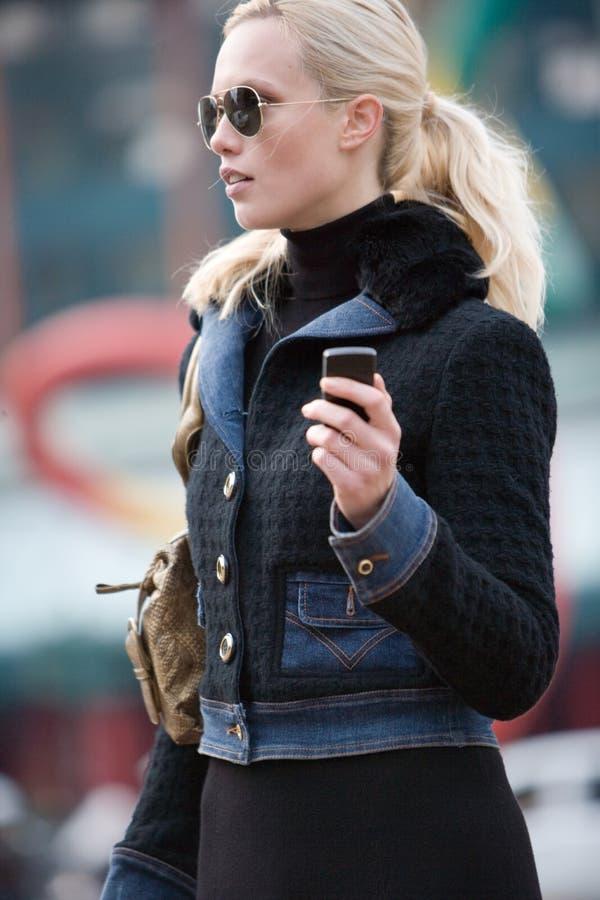 Señora que habla en el Cd del teléfono móvil foto de archivo
