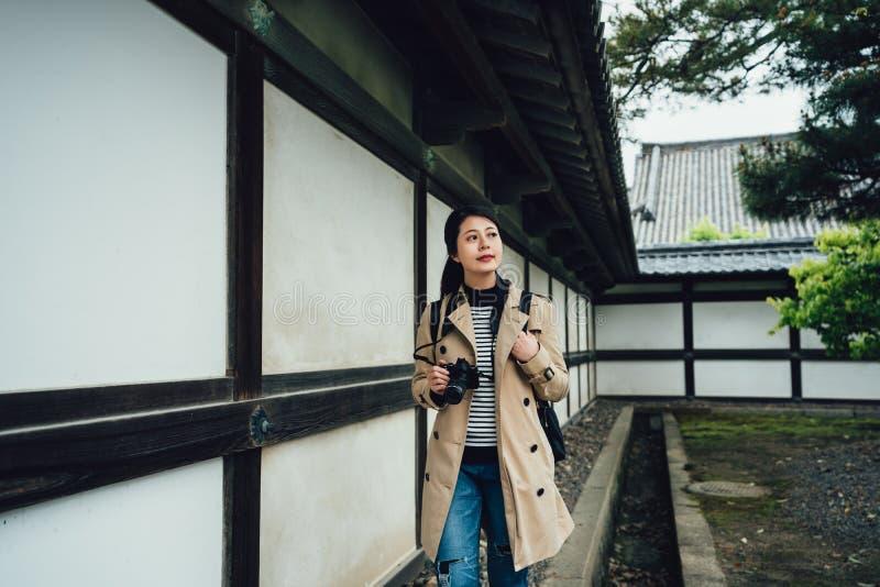Señora que hace turismo en jardín tradicional japonés foto de archivo libre de regalías