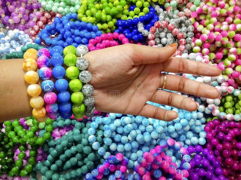 Señora que lleva la pulsera de piedra de moda hecha a mano colorida imágenes de archivo libres de regalías