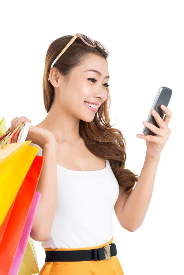 Señora que manda un SMS imágenes de archivo libres de regalías
