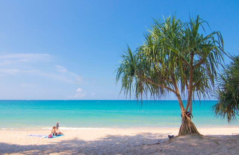 Señora que se relaja en la playa blanca de la arena en Phuket Thialand imagenes de archivo