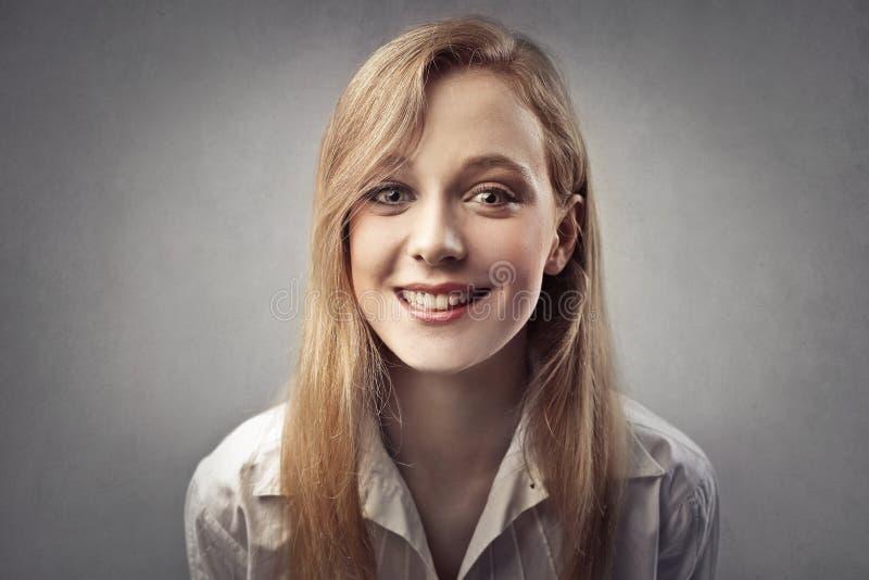 Señora que sonríe en la vanguardia imágenes de archivo libres de regalías
