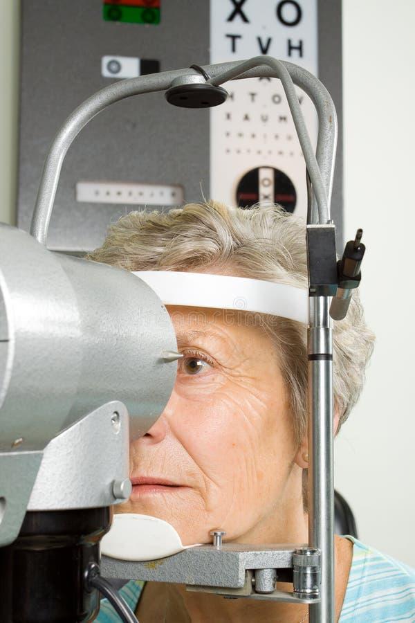 Señora que tiene examinación de la prueba del ojo imagenes de archivo