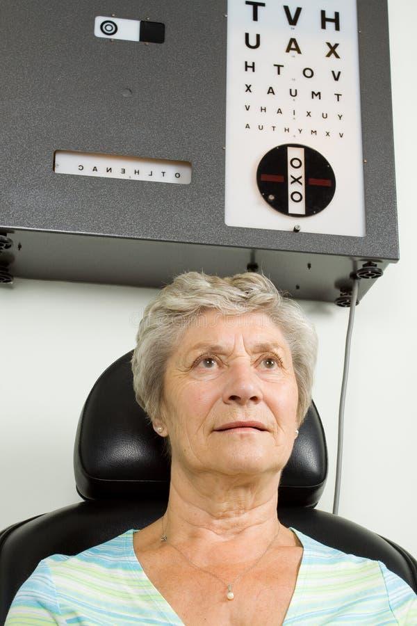 Señora que tiene examinación de la prueba del ojo fotos de archivo libres de regalías