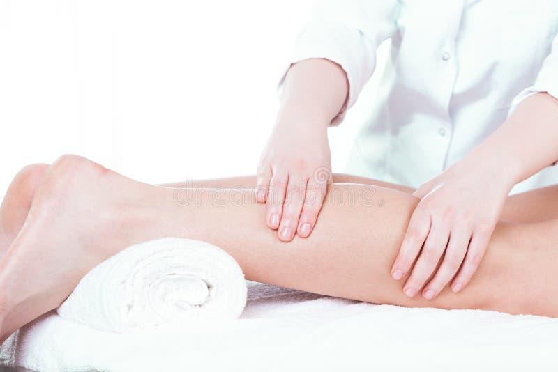 Señora que tiene masaje de la pierna imágenes de archivo libres de regalías