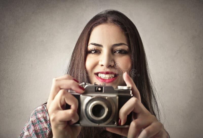 Señora que toma una imagen fotos de archivo libres de regalías