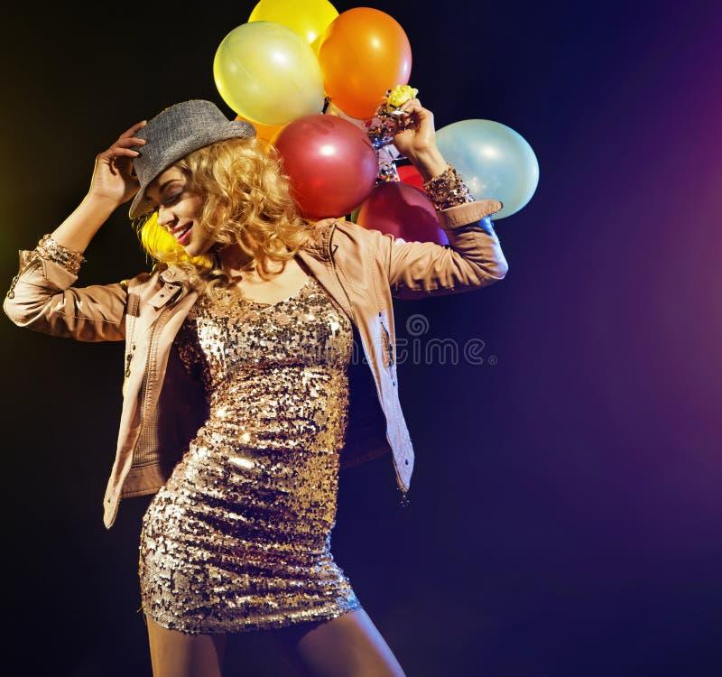 Señora que va de fiesta alegre con los globos coloridos imagen de archivo libre de regalías