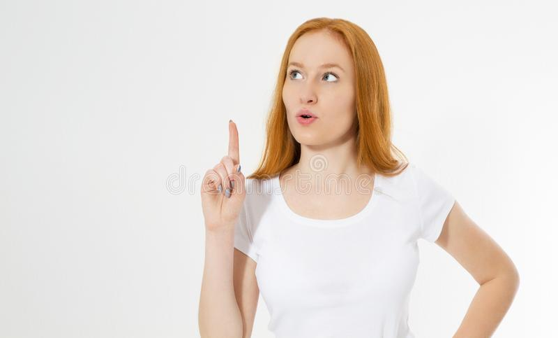 Señora roja del pelo de la foto guau aislada en el fondo blanco que señala su finger en la muestra de Eureka, teniendo gran idea  imagen de archivo libre de regalías