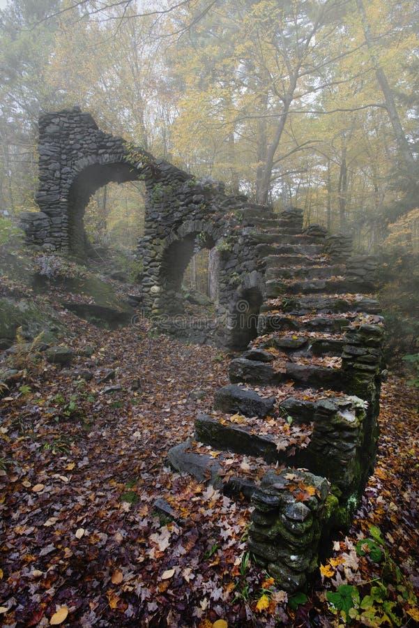 Señora Sherri Castle Ruins en niebla del otoño foto de archivo