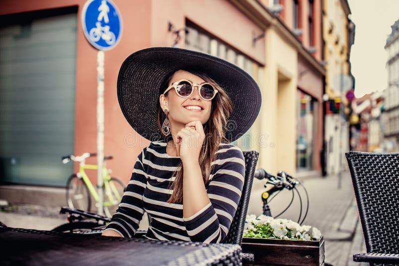 Señora sonriente casual en gafas de sol fotografía de archivo libre de regalías