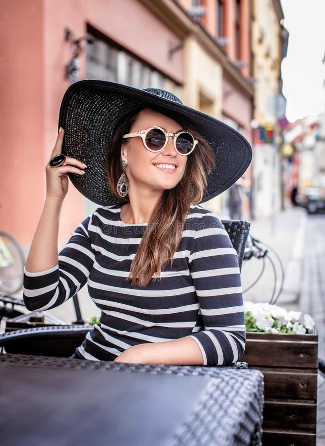 Señora sonriente casual en gafas de sol fotografía de archivo