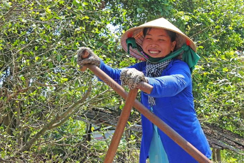 Señora sonriente del barco del delta del Mekong foto de archivo