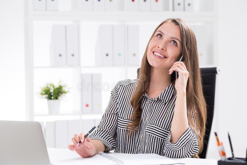 Señora sonriente del negocio en el teléfono imágenes de archivo libres de regalías