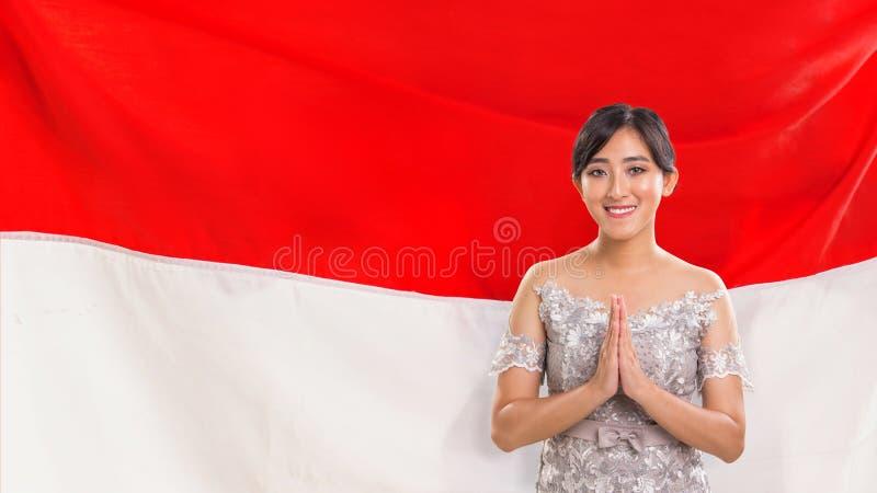 Señora sonriente que representa hospitalidad indonesia imágenes de archivo libres de regalías