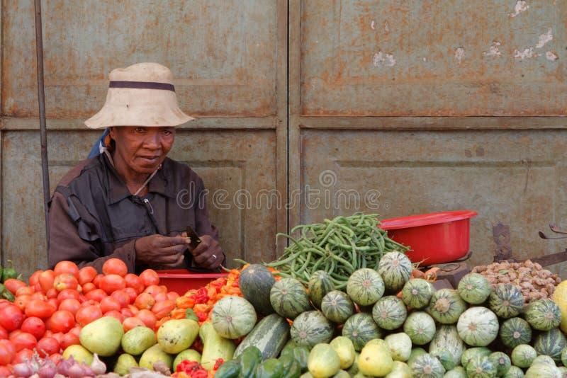 Señora y verduras imagenes de archivo