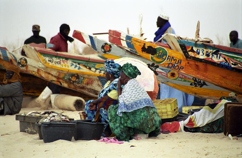 Señoras en la playa, Nouakchott, Mauritania imágenes de archivo libres de regalías