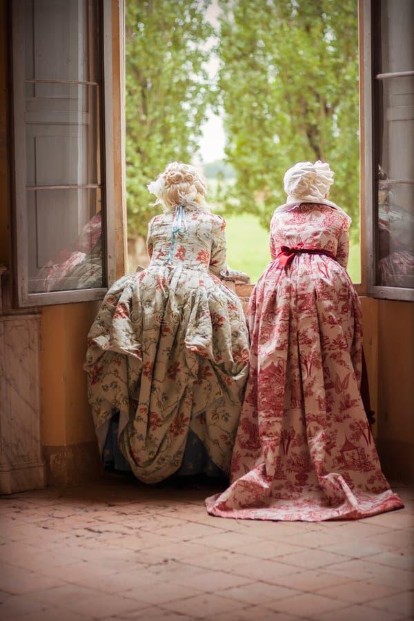 Señoras en vestido victoriano imagenes de archivo