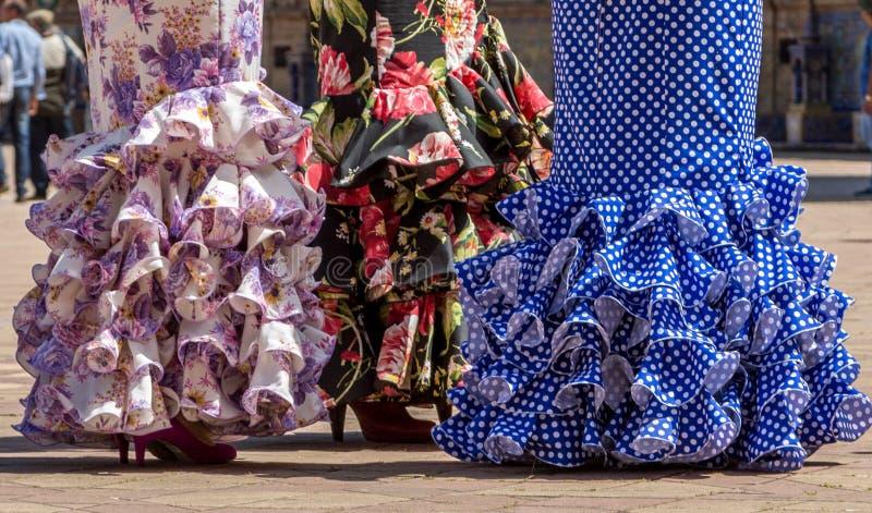 Señoras en vestidos del flamenco en Andalucía, España imagen de archivo
