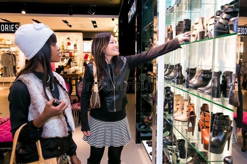 Señoras jovenes diversas que hacen compras en una alameda foto de archivo libre de regalías