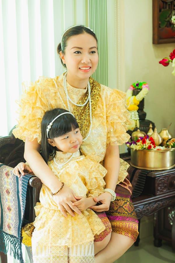 Señoras y muchachas en estilo tradicional tailandés del vintage de la moda el reinado de rey Rama V fotografía de archivo
