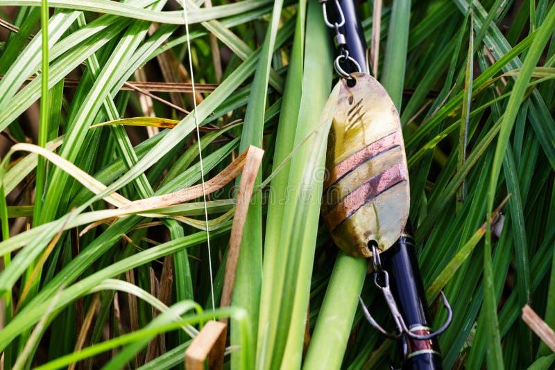 Señuelo hecho a mano de la pesca en hierba foto de archivo libre de regalías