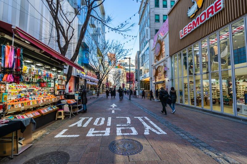 Seúl, Corea del Sur 10 de diciembre de 2018: El mercado de Myeong es el lugar y el distrito populares para hacer compras para enc imagenes de archivo