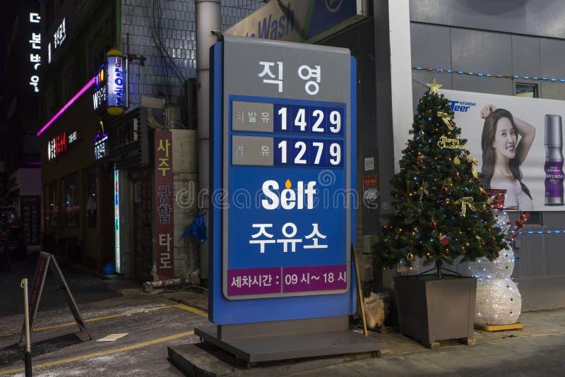 Seúl, Corea del Sur - 9 de enero de 2019: tablero de la muestra del precio en la gasolinera del servicio del uno mismo en Corea fotografía de archivo