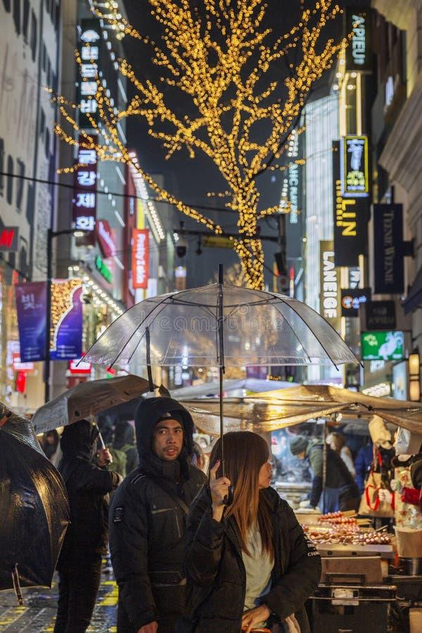 Seúl, Corea del Sur, 12/30/2017: Igualación de la ciudad con la comida de la calle y caminar a gente fotografía de archivo libre de regalías