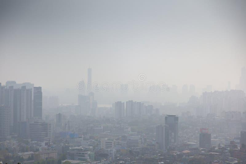 Seúl, Corea del Sur, opinión de la ciudad desde arriba, paisaje urbano, niebla con humo y problemas con aire limpio y ecología fotografía de archivo libre de regalías