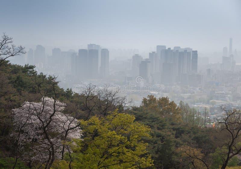 Seúl, Corea del Sur, opinión de la ciudad desde arriba, paisaje urbano, niebla con humo y problemas con aire limpio y ecología fotos de archivo