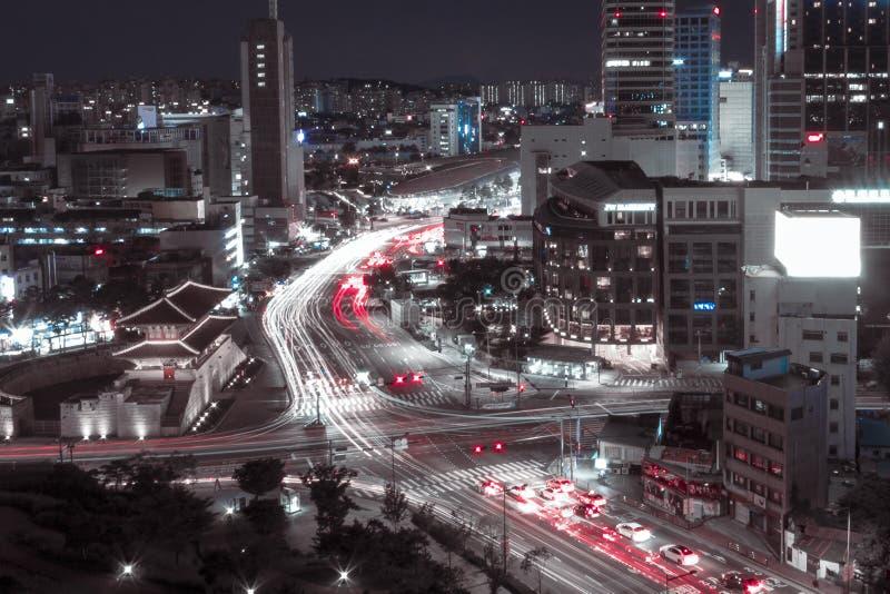 Seúl, Corea del Sur - 08 05 18: Puerta de Dongemun contra el contexto de edificios modernos imagenes de archivo