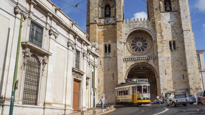 Se大教堂和28黄色电车在里斯本 免版税库存照片
