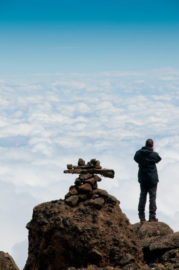 Se över Afrika, på den Kilimanjaro treken fotografering för bildbyråer