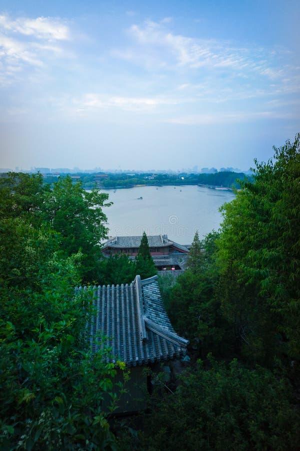 Se över Beihai sjön från Jade Flower Island på solnedgången, Peking royaltyfri fotografi