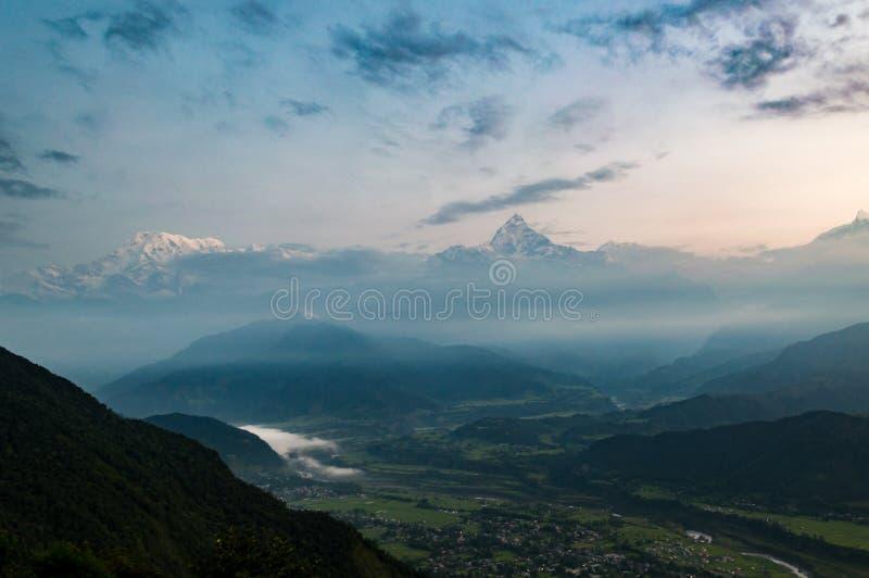 Se över den Pokhara dalen till himalayasna och fisksvansberget från Sarangkot på soluppgång arkivfoton