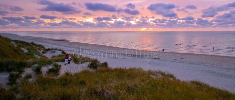 Se över det Wadden havet från Vlieland under solnedgång royaltyfri bild