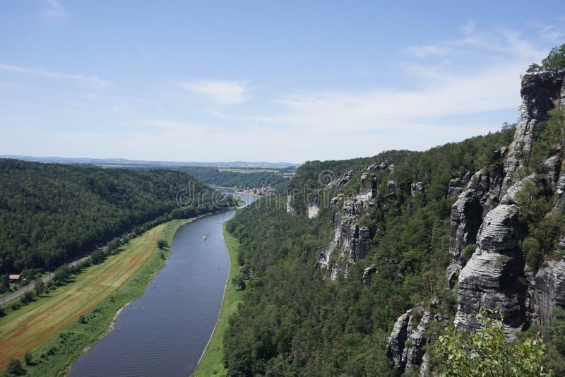 Se över floden Elbe och klipporna från Sachsen Schweiz till Stadt Wehlen fotografering för bildbyråer
