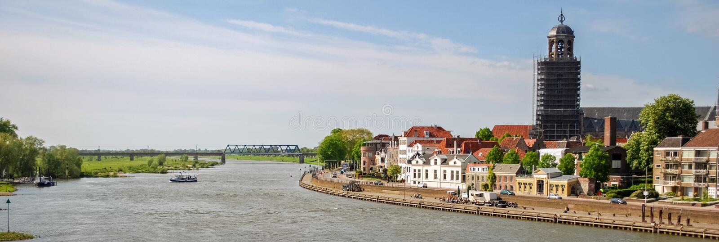 Se över floden IJssel in mot Deventer Overijssel, Nederländerna arkivbild