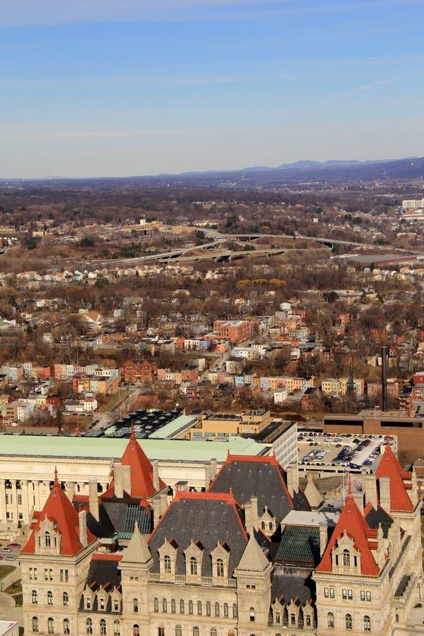 Se över staden, med Kapitoliumtillståndet som bygger i förgrunden, Albany, New York, 2016 arkivbild