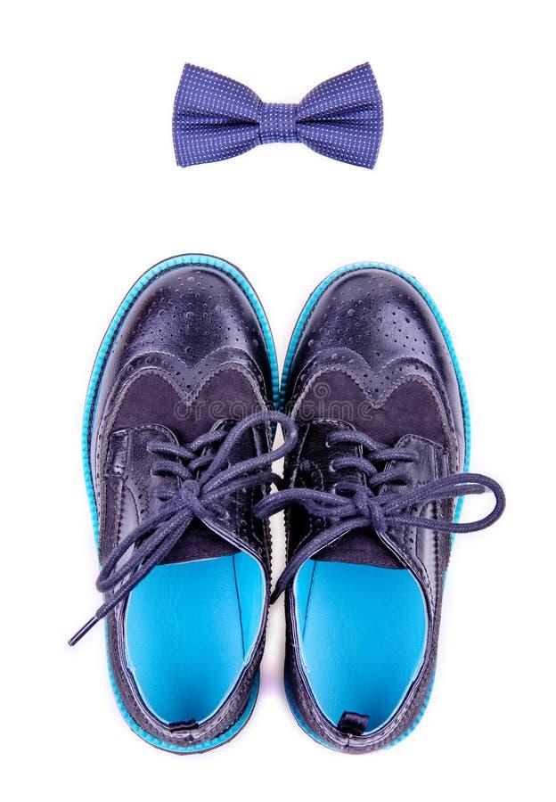 Se aíslan la corbata de lazo y los zapatos modernos imagen de archivo libre de regalías