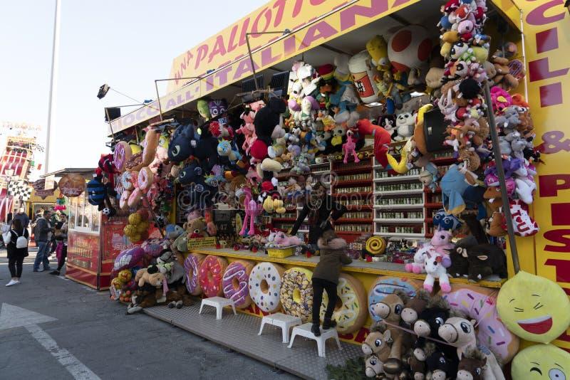 Se abre GÉNOVA, ITALIA - DICIEMBRE, 9 2018 - la Navidad tradicional Luna Park Fun Fair foto de archivo