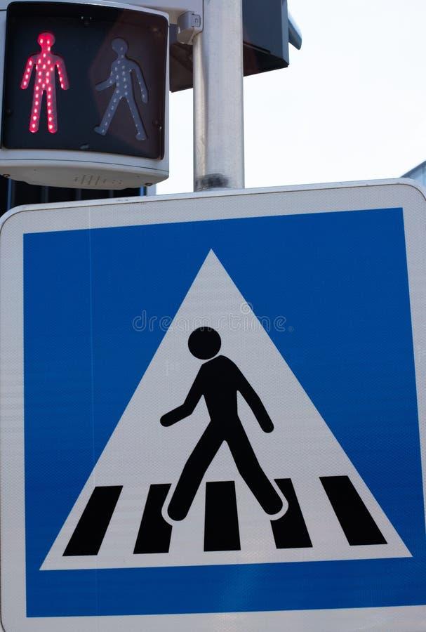 Se?al de tr?fico del paso de peatones Muestra del paso de peatones y semáforo para los peatones Luz roja ningún paso Hombre derec imagen de archivo libre de regalías