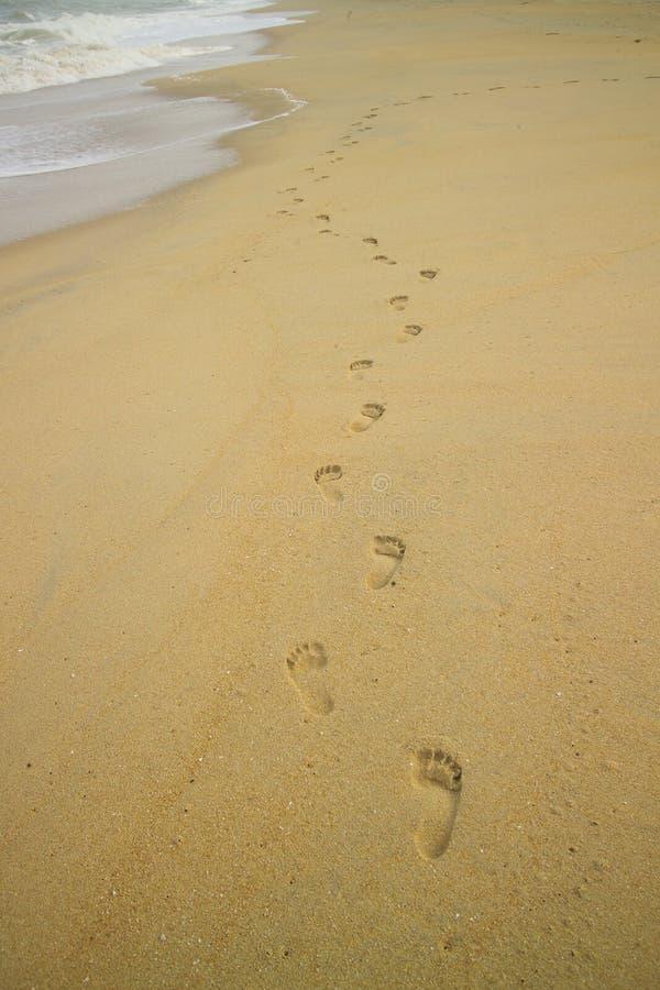 Se alza pasos de progresión en la playa imagen de archivo libre de regalías