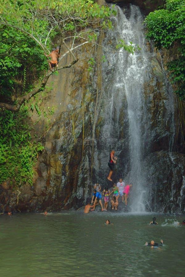 Se baigner à la cascade photos stock