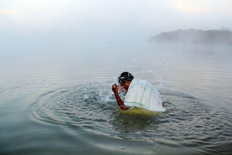 Se baigner dans le matin au festival de Chhath Puja photos libres de droits