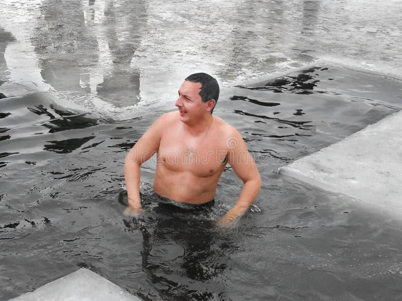 Se baigner pendant l'hiver Epiphan photos stock