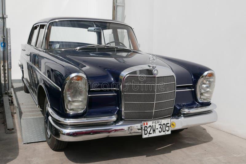 Se blu scuro L di Mercedes Benz 300 indicato a Lima immagini stock