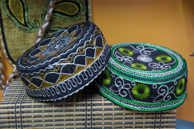 Se borda el sombrero nacional de Azerbaijan los sombreros musulmanes tradicionales vendieron en un mercado local en la ciudad vie imagen de archivo libre de regalías
