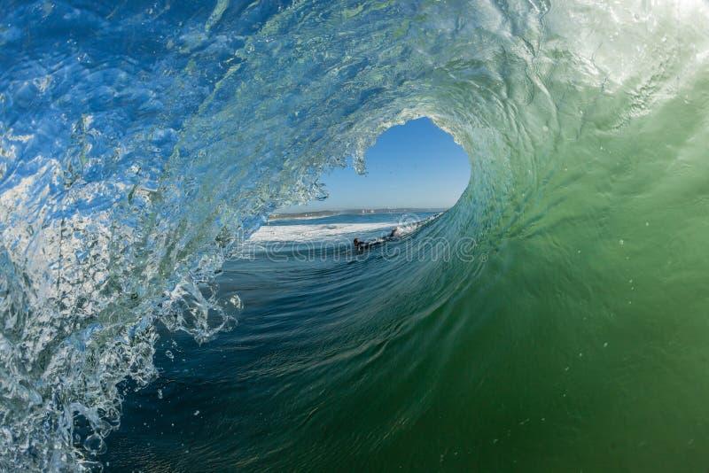 Se briser creux surfant de tube de vague photographie stock libre de droits